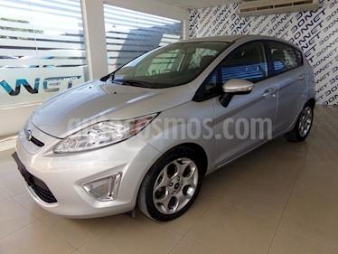 Foto venta Auto Usado Ford Fiesta Kinetic Titanium (2013) color Gris Plata