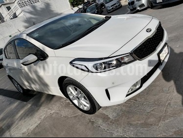 Foto venta Auto Seminuevo Kia Forte HB EX Aut (2017) color Blanco precio $219,000