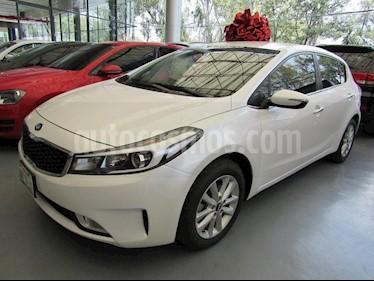 Foto venta Auto Seminuevo Kia Forte HB SX (2017) color Blanco precio $225,000