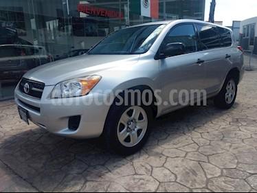 Foto venta Auto Seminuevo Toyota RAV4 2.5L Base 3a. fila de asientos (2011) color Plata precio $175,000