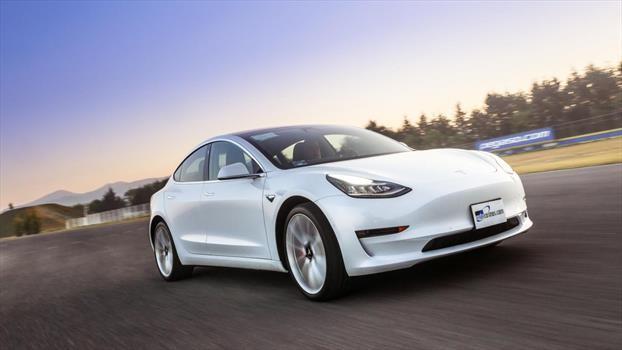 Tesla es actualmente marca de autos completamente eléctricos más popular, aunque todavía no llega a Chile. En esta foto su modelo más accesible, el Model 3, que parte en US$31.850.