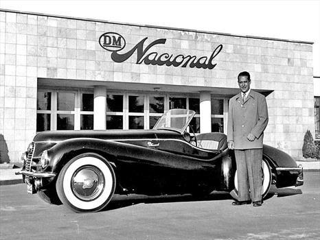 Antonio Ruiz Galindo Jr. posa junto al roadster diseñado por Mark Wallach.